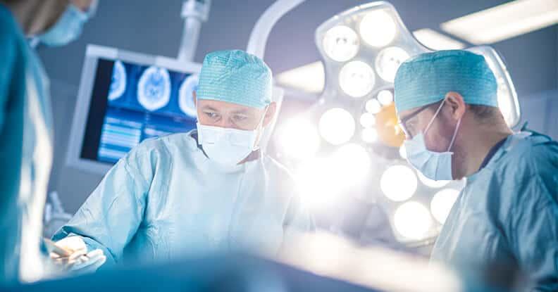 Doctores que realizan cirugía
